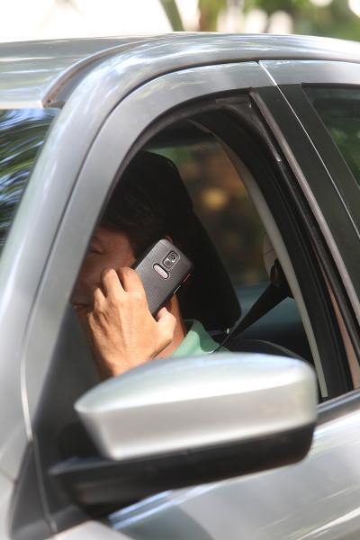 Aumenta o número de multas pelo uso do celular ao volante