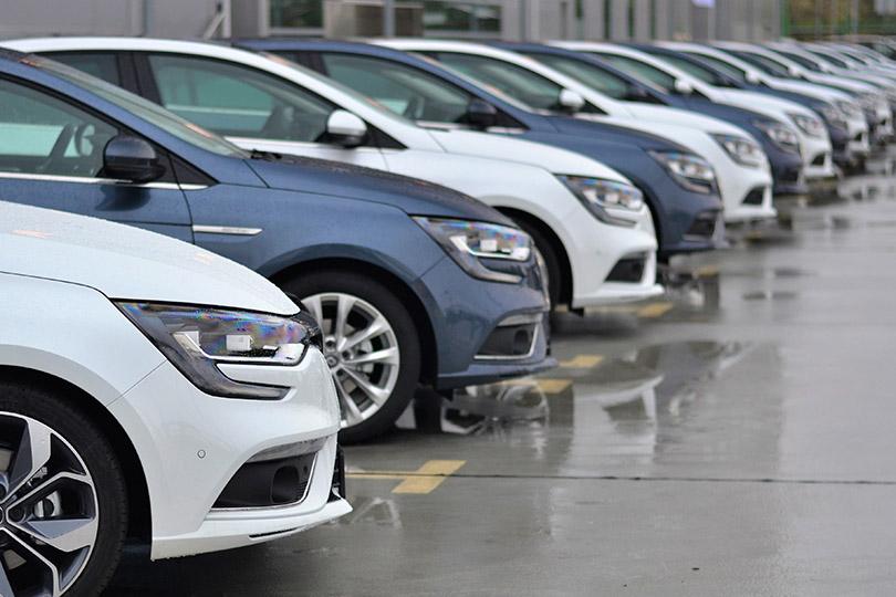 Agente de locação de automóveis que era obrigada a mentir para clientes deve ser indenizada por danos morais
