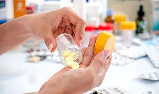 Farmácia de manipulação não pode manipular, estocar e comercializar medicamentos sem a apresentação de receita