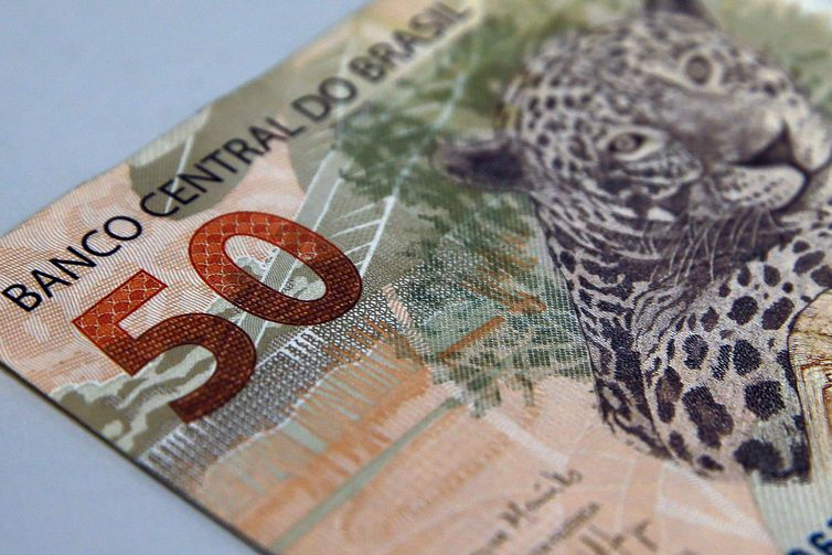 Bolsonaro anuncia aumento do salário-mínimo para R$ 1.100