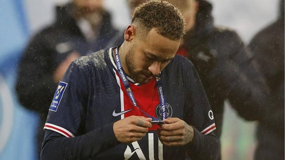 Após autuações de Neymar, Cuca e Pato, jogadores fazem 'blindagem' para evitar multas da Receita