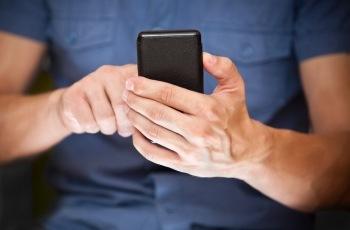 Uso de celular corporativo sem restrição de locomoção do empregado é insuficiente para caracterizar regime de sobreaviso