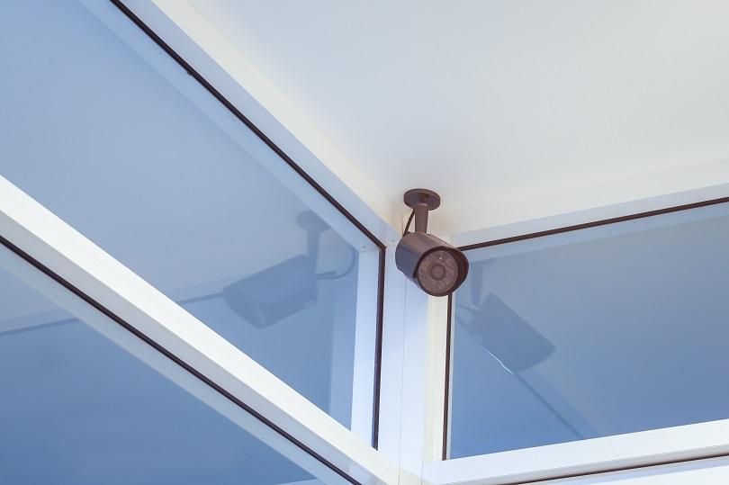 Presença de câmera em vestiário causa danos morais a trabalhador