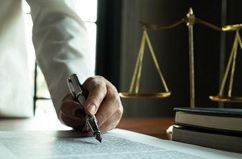 Justiça do Trabalho reconhece relação de emprego entre advogada que prestava serviços como associada e escritório de advocacia