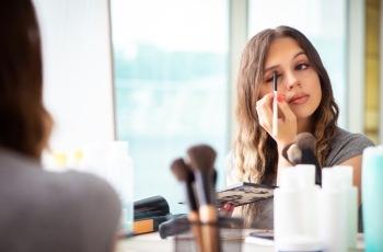 Empresa aérea terá que restituir à ex-empregada gastos com maquiagem, unhas e cabelo