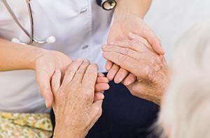 Cuidadora de idosos precisa trabalhar mais de dois dias na semana para comprovar vínculo