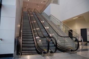 Supermercado de Uberaba indenizará empregada com problemas no joelho que foi impedida de acessar a loja pela escada rolante